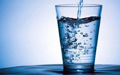 La manera correcta de beber agua