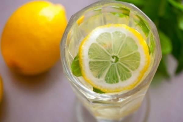 Derribando mitos: ¿Si desayunamos agua tibia con limón perderemos peso?
